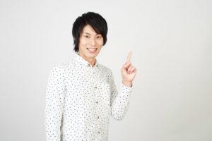 シャツ姿でワンポイントアドバイスする日本人男性